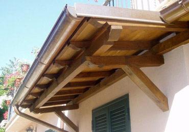 Costruzione di capriate travature morali tetti e - Tettoie in legno per esterno ...