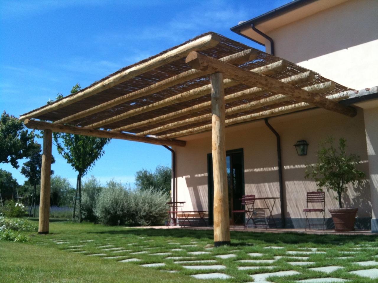 Vendita e lavorazione di travi tonde in legno di castagno for Disegni portico e prezzi
